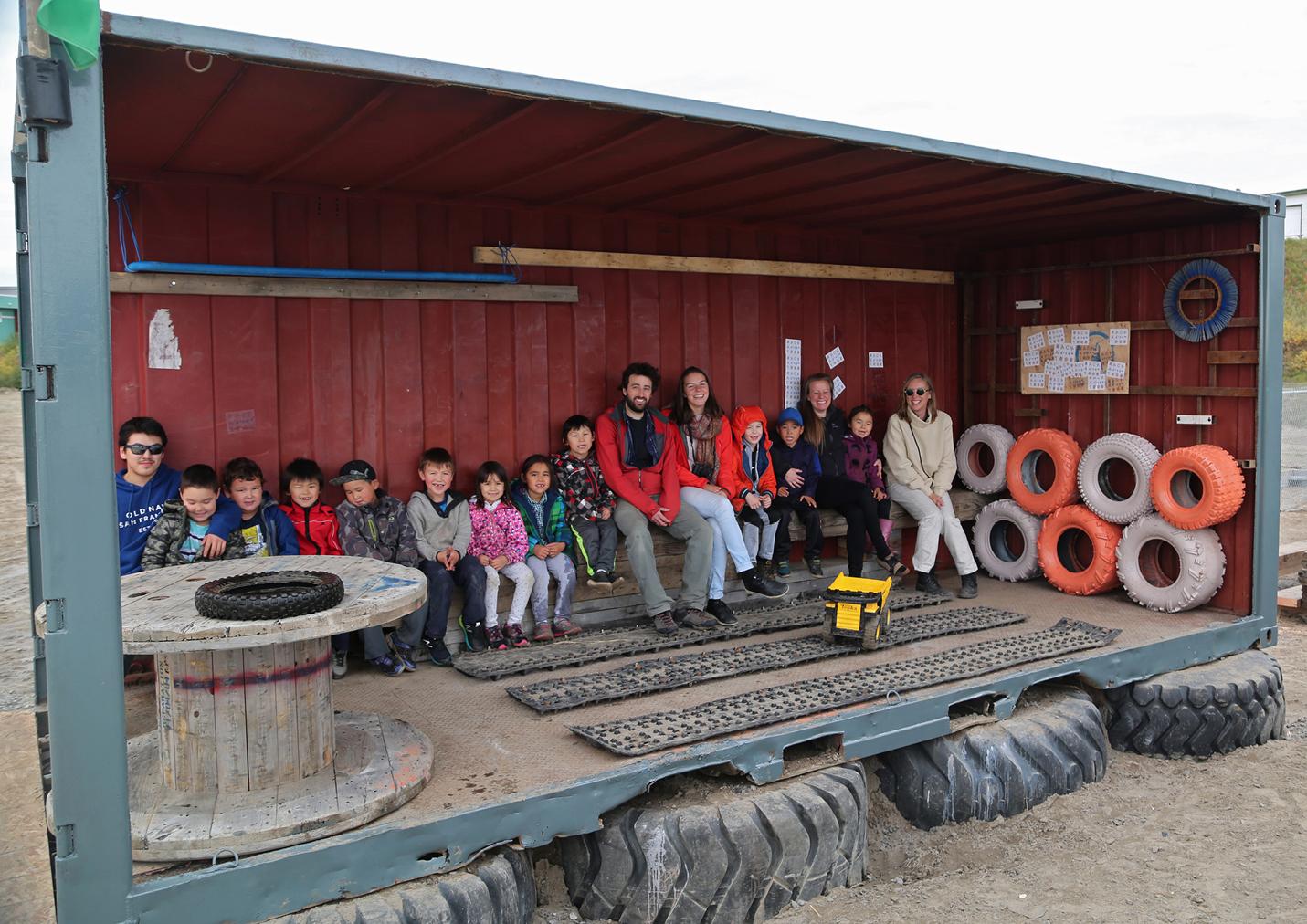 Photo de groupe avec les étudiants dans le pavillon.