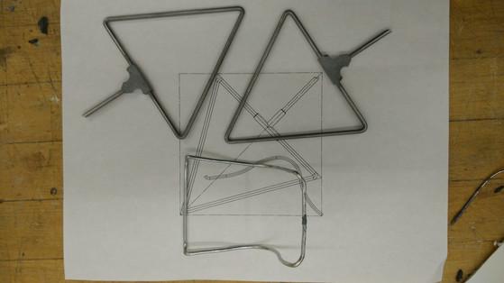 做好部分CAD图后便开始着手制作1/6模型,铁棒弯折,锡焊,用塑钢泥还原链接处铸铝五金件的质感