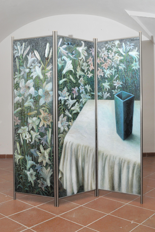 prázdná váza a lilie