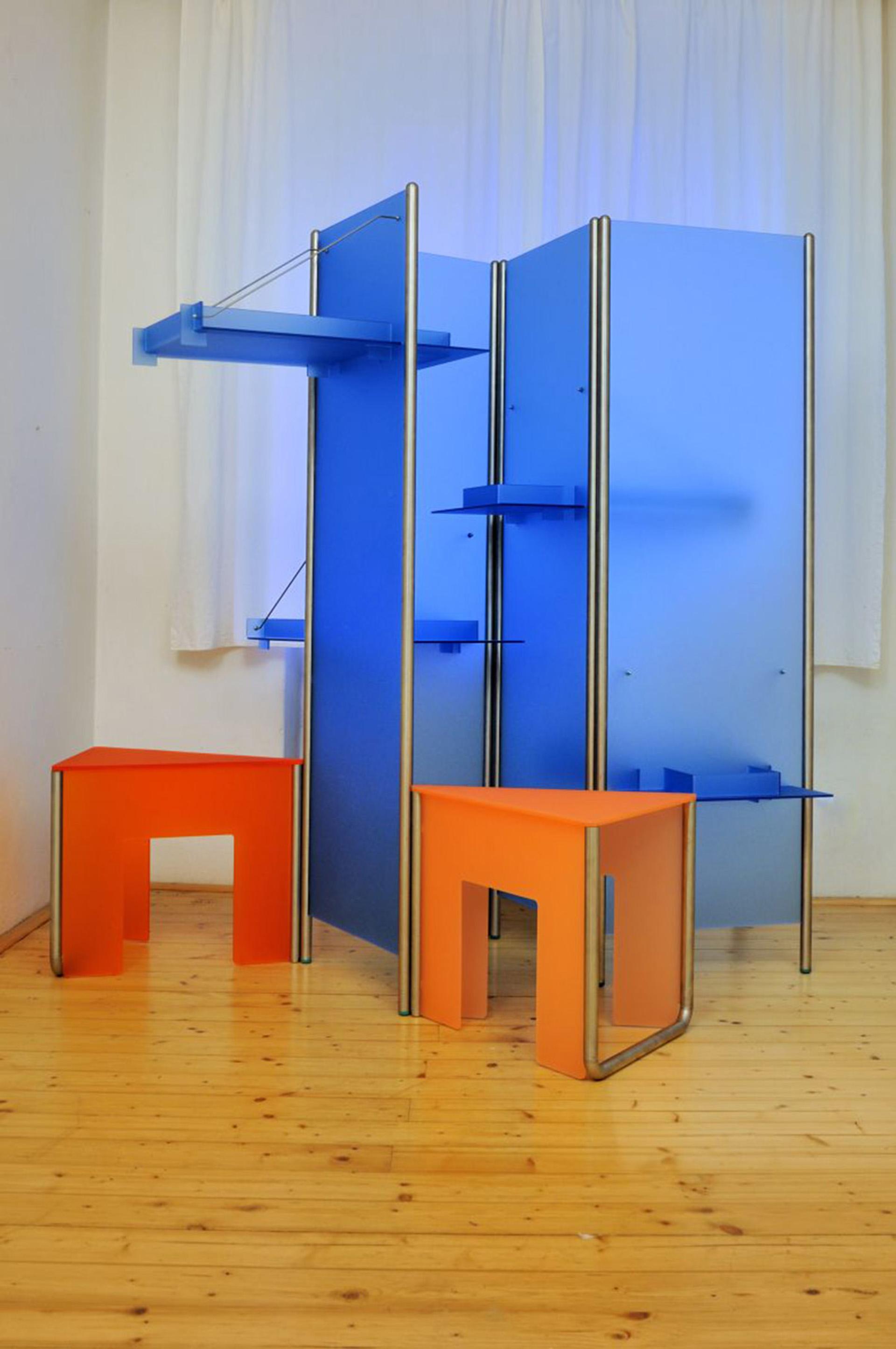 skříň modrá_sedačky