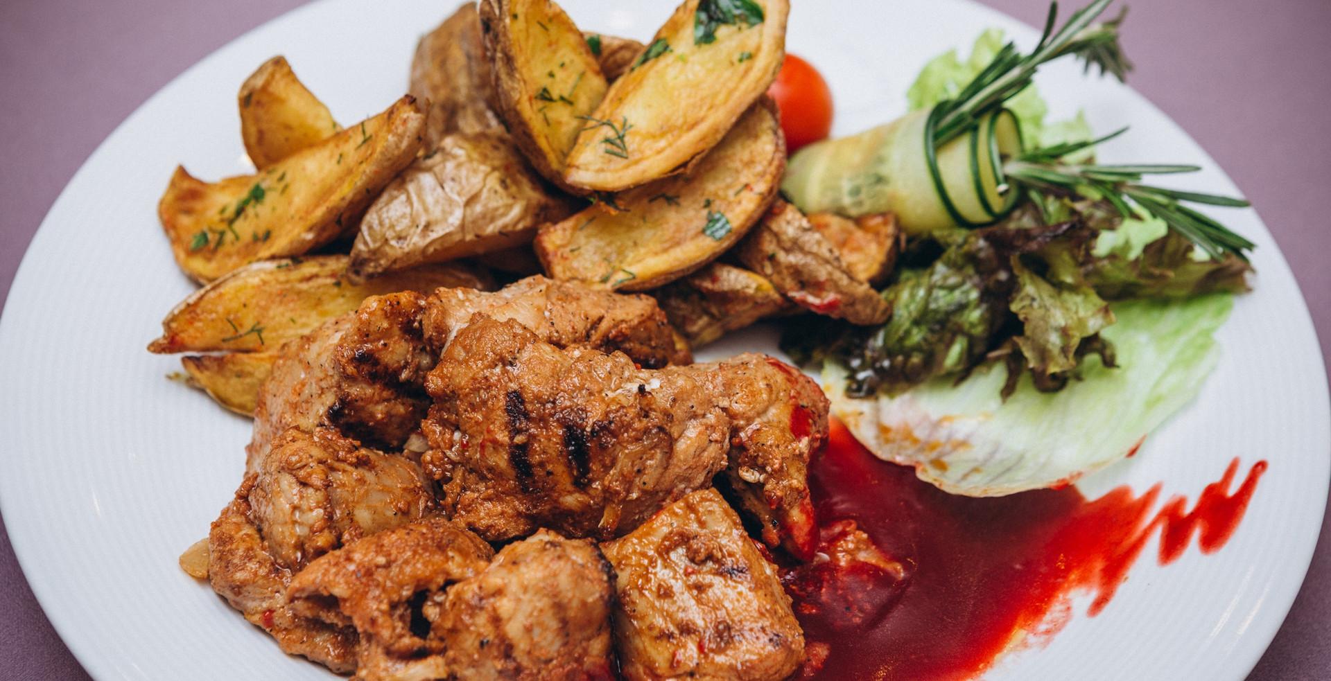 Шашлык из свиной шеи с картофелем по-деревенски