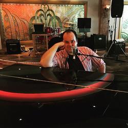 A little #piano #bar action aboard the #cruise #ncl #gem _broadwaycruise #broadwaycruise2015