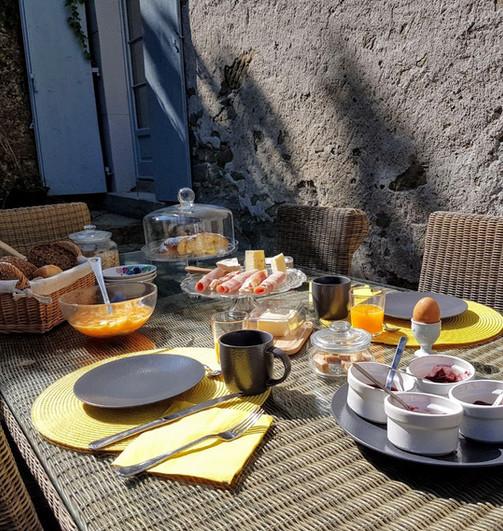 Petit déjeuner sur la terrasse côté parc