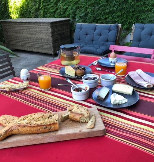 Petit déjeuner sur la terrasse côté cour