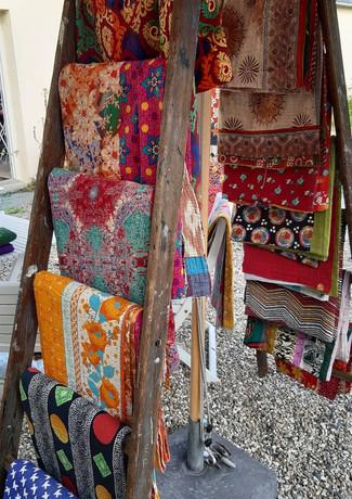 Saritæpper fra Bangladesh. De smukke farver vil lyse op i både sofa og have.
