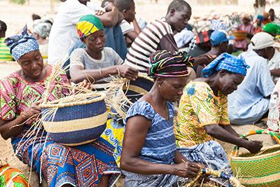 Kvinderne i Bolgatanga region flette