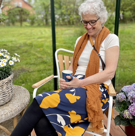 Skøn nederdel i blå og gule nuancer.jpeg