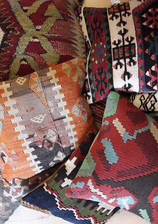Recyclede håndvævede tæpper blir til skønne puder til dit hjem, ude  som inde.