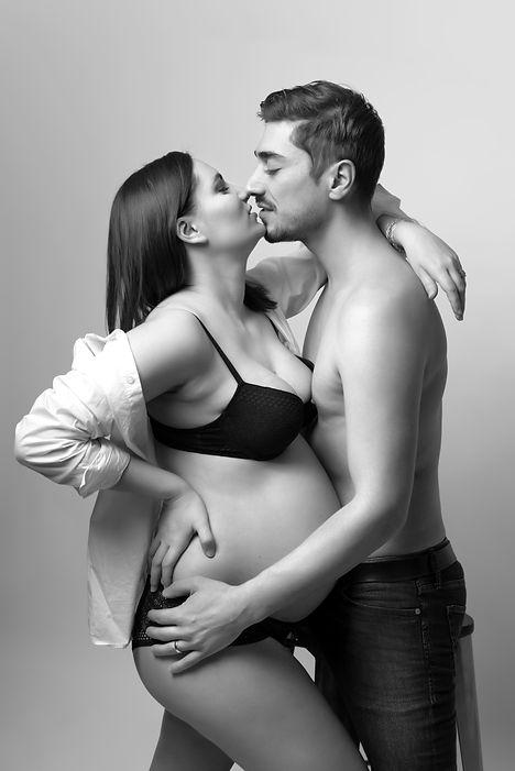 grossesse couple noir et blanc