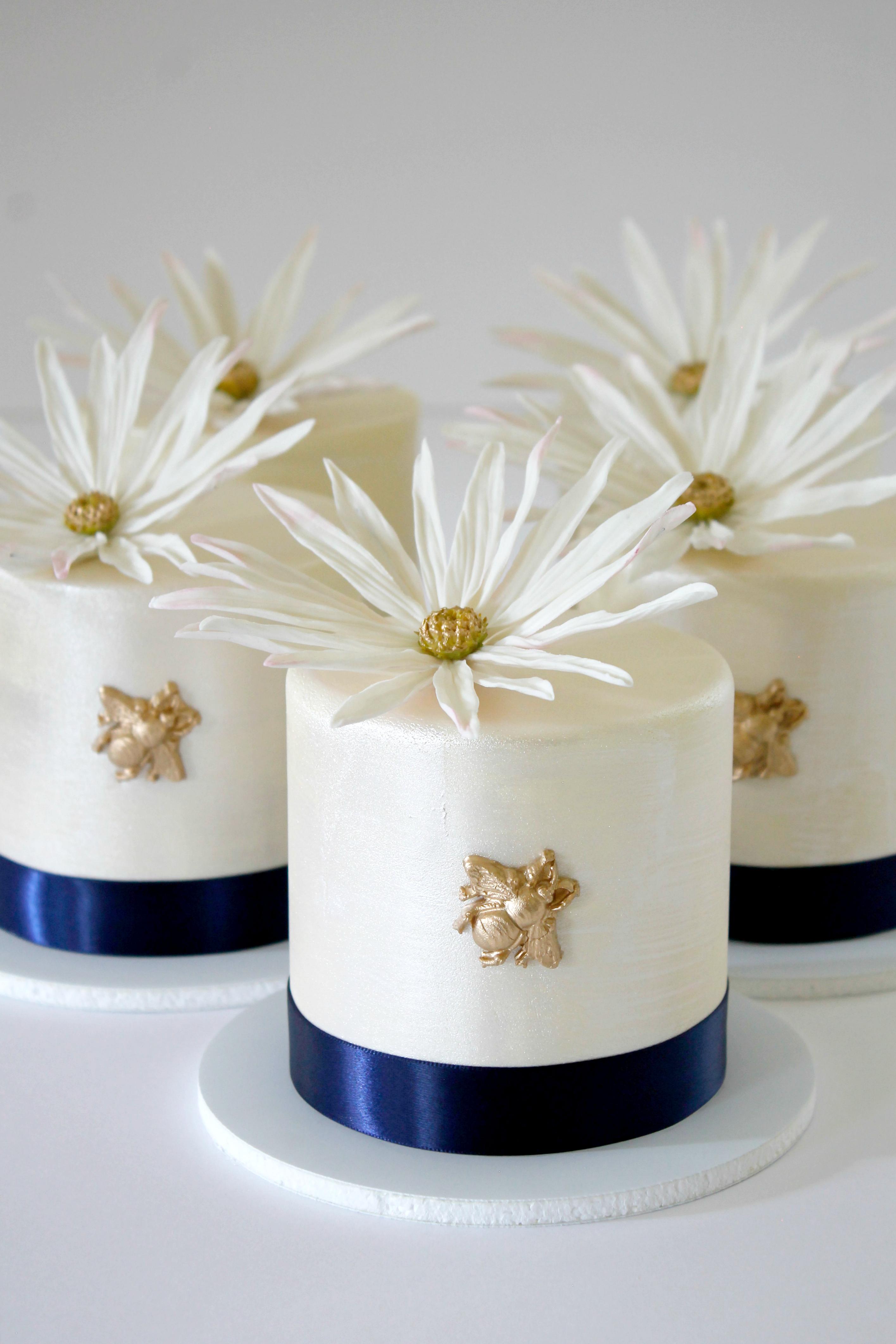 mini bee cakes
