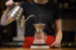 バリスタは、ドリップコーヒーを作ります