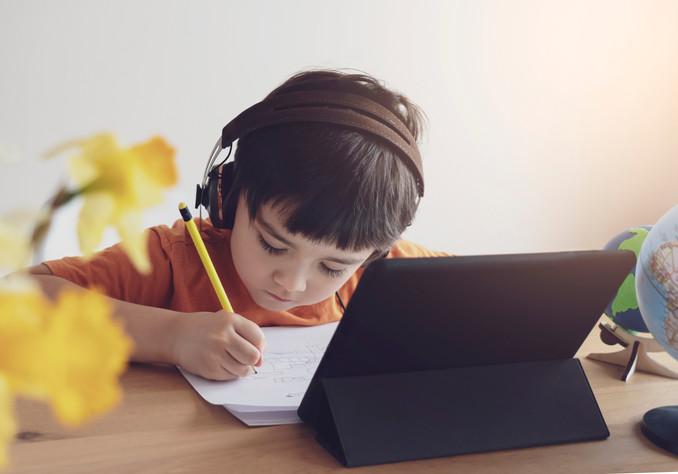 Evita los riesgos en la salud de los niños por el uso excesivo de aparatos tecnológicos