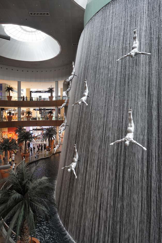 Dubai travel guide: sculpture of divers in Dubai Mall