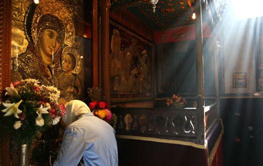 Church-of-the-Nativity-praying-before-an-icon-of-Mary-imeu.net_.jpg