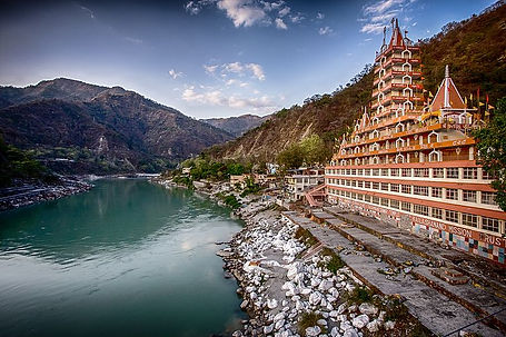 Rishikesh_temple_side_view_of_canal.jpg