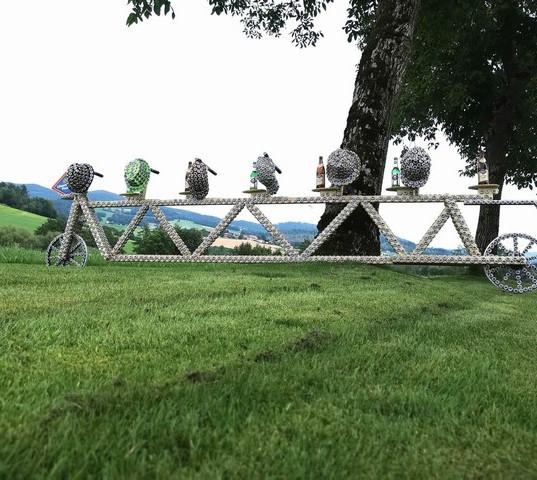 Upcycling Fahrrad mit dem passenden Kopfschutz - eingereicht von den Niedernbrünster Radlfreunden Christoph, Marina, Franz, Maral, Silke & Betty  Hier wurden unglaubliche 2184 Kronkorken verbaut 😃