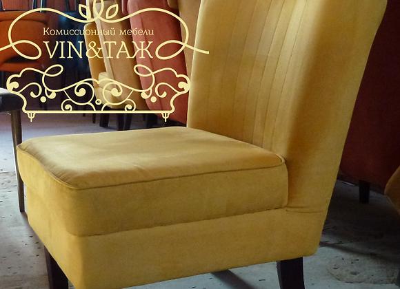 Интерьерное замшевое кресло на буковых ножках
