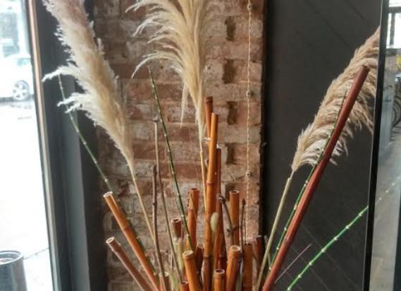 Кашпо с декором из бамбука