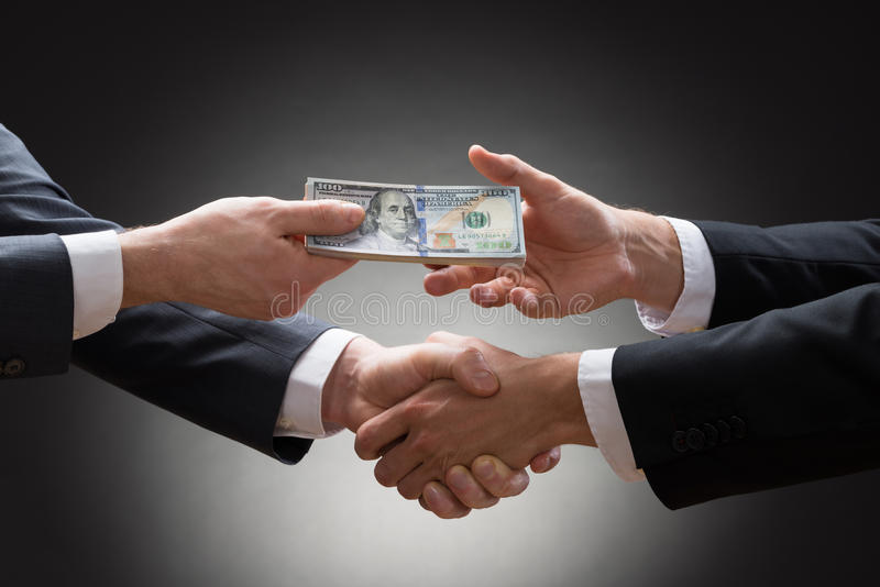 επιχειρηματίες-που-τινάζουν-τα-χέρια-και