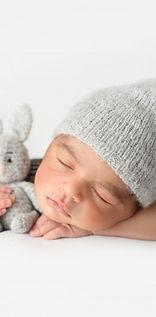 joli-bebe-dormant-chapeau-au-crochet-gris-lapin-peluche_179666-115.jpg