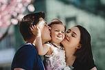 heureux-jeunes-parents-petite-fille-se-t