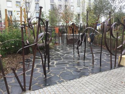 La clôture sculptée