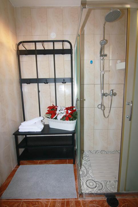 חדר מקלחת נקי ומסודר