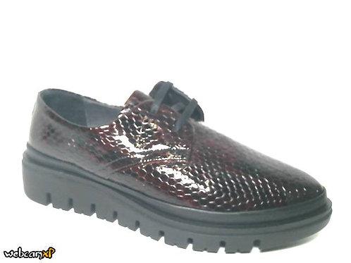 Zapato tipo casual de charol grabado color burdeos (32099)