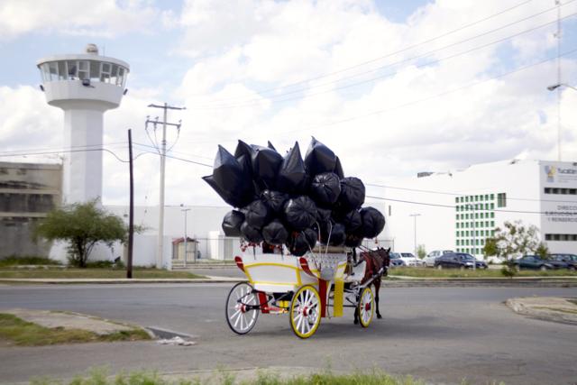 Penal_y_bandera._Elvira_Santamaría._Recorrido_Calle_60._Penal_Sur-_Monumento_a_la_Bandera._Teatro_La_Rendija._Mérida,_Yucatán_2015._Fotos_Fausto_Méndez_(1)