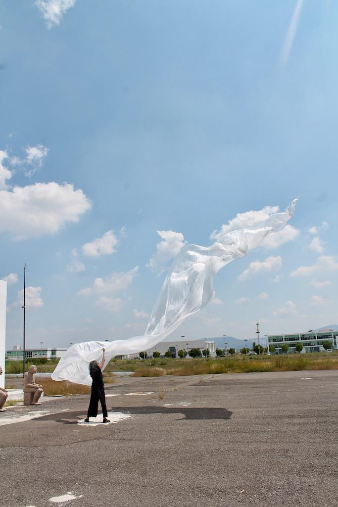 La bandera de la paz es muy grande. En el marco del evento:  Experiencias de Arte y Cultura para la Cultura de la paz  Duración de la acción: 40 min.  Centro Cultural Hangar, Campus Aeropuerto, UAQ