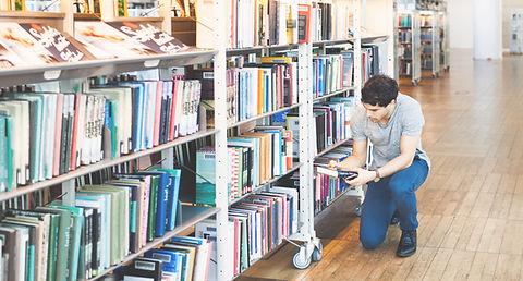 Человек в библиотеке