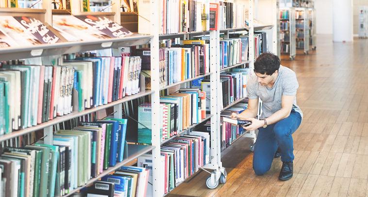 Muž v knihovně