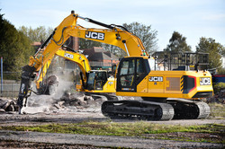 Two JCB 220X in action