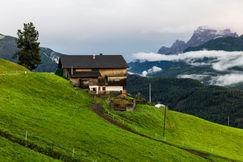Farmhouse_in_Südtirol.jpg