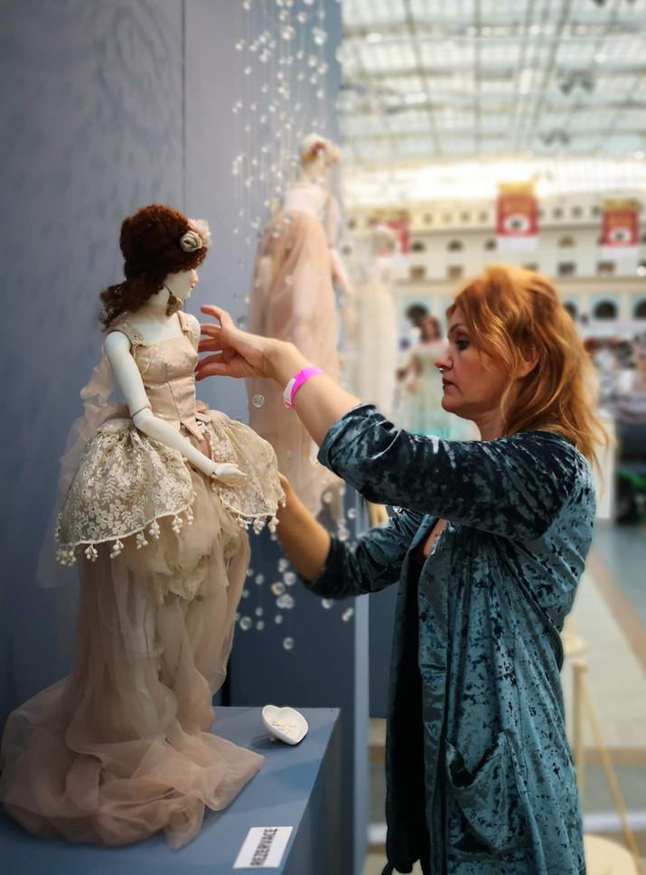 как правильно выставки куклу