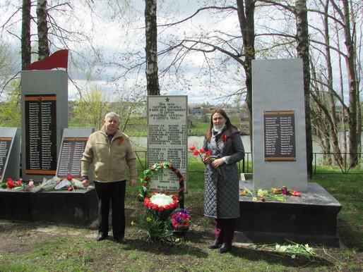 Торжественное возложение цветов к памятникам