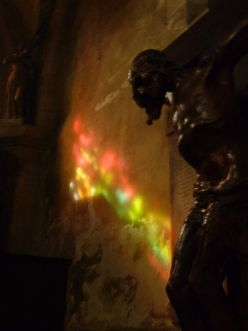 Quand la lumière rejoint le Christ crucifié