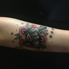 拳銃 花 トラディショナル タトゥー