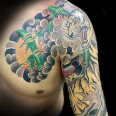 虎 胸腕 刺青