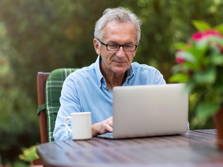 La comunidad de Madrid curso ofrece cursos online para que los mayores aprendan a usar el móvil