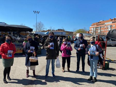 El PP de Barajas realiza una campaña de información para votar por correo el 4-M