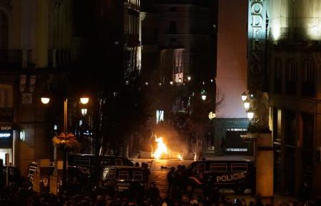 Condenamos los disturbios de la izquierda radical en la Puerta del Sol y a quienes lo jalean