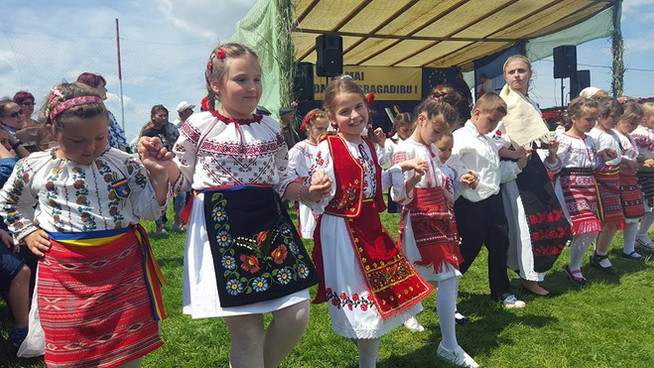 "Formatia de dansuri populare ""Mugurașii"", Școala Gimnaziala "" Sfinții Voievozi"" Bragadiru, Teleorman"