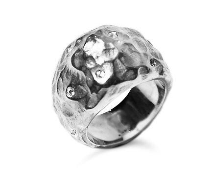 Anel em prata e diamantes.