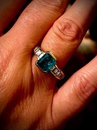 Anello di gioielleria con smeraldo