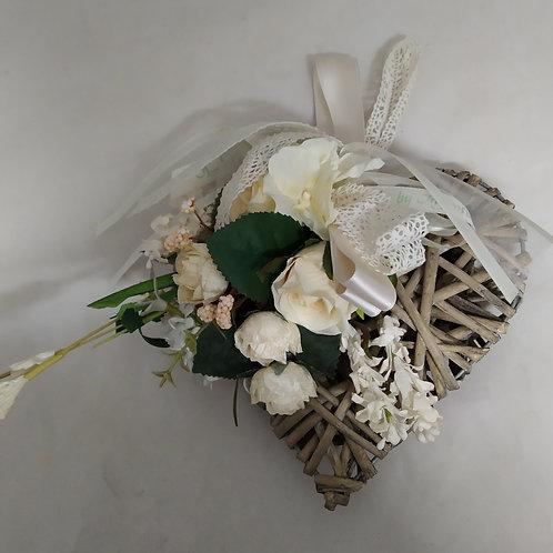 cuore in vimini con fiori in tessuto da appendere 19x18