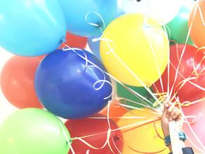 10 hauskaa ilmapalloleikkiä vappuilotteluun kotona