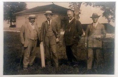 De gauche à droite : Georges Magnin (voyer), Louis Decollogny (Président), Samuel Walter Poget, Camille Dudan