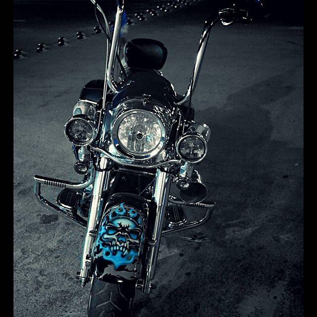 Airbrush auf Harley Davidson Motorrad__Schädel__#DieAirbrusherei_Airbrush Bob Co