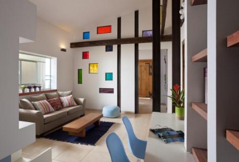 אקו דיזיין:  מתכת המשולבים בקיר גבס ומשתלבים עם קורות העץ לשפה עיצובית אחידה וכן  חלונות צבעונים בשילוב מתכת.